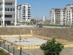 İnşa: Binanın geleceğinden emin olmak isteyen inşaat mühendisi, toprağı eşerek temeli buluyor. Binayı yapmaya oradan başlıyor.
