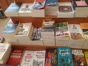 """Ankara'da bir kitapçı vitrini: Bu vitrinde on iki (12) adet sözüm ona """"ilahi aşk"""" hakkında kitap sayıldı! Vitrinde geleceğe dair bir kitap bile yok! Emanetin ağır sorumluluğundan eğlence türetme hastalığının başka bir yolu!"""