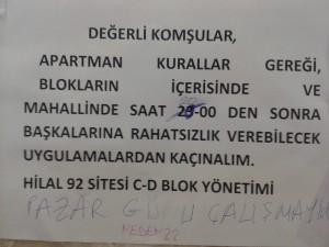 """Resim: Ankara'nın lüks semtlerinden birinde bir sitenin girişi: İnsanların kararlara dahil edilmemesinin getirdiği sorunlar: Yönetimle oturan arasında üç saat fark var. """"Pazar günü çalışmayın"""" ve """"Neden??"""" tepkisi."""
